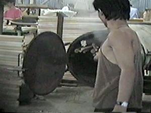 Le rotin est placé dans un four à vapeur afin de le rendre souple