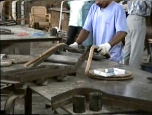 Vérification que la forme cintrée du rotin correspond au gabarit